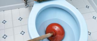 verstopt toilet met ontstopper